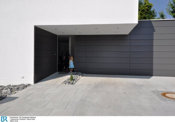 Die Doppelgarage ist harmonisch in den Gebäudekomplex integriert.