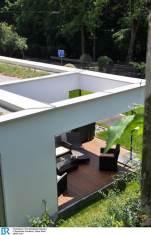 Der Einschnitt auf der Westseite schafft Raum für eine geschützte Terrasse.
