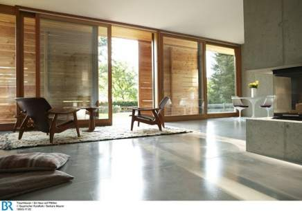 Stein und Holz, ländlich und modern, treffen auch im Wohnbereich aufeinander.