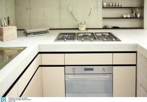 Modernes Küchendesign mit Gamsgeweih.