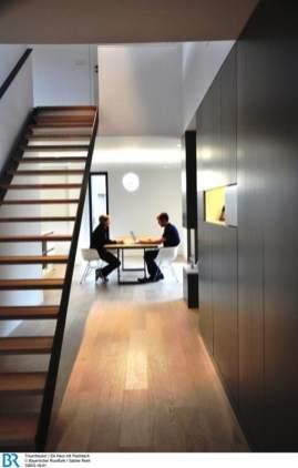 Treppenbereich und Flur sind organisch in das Raumkontinuum eingebunden.