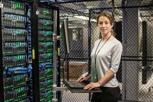 Mujer en Data Center