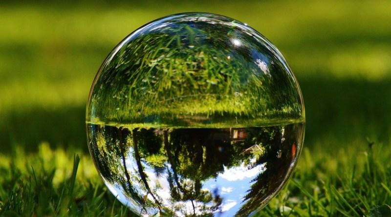 gota de agua sobre fondo verde de naturaleza