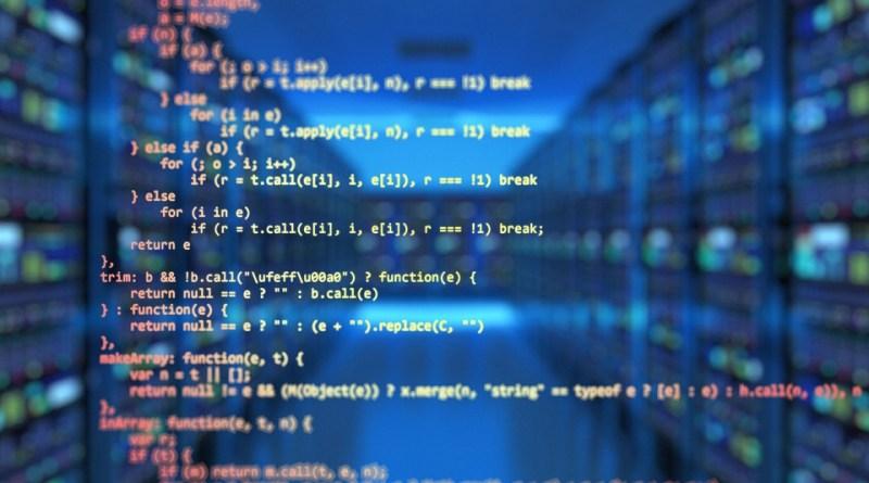 Código C sobre fondo con pasillo de datacenter