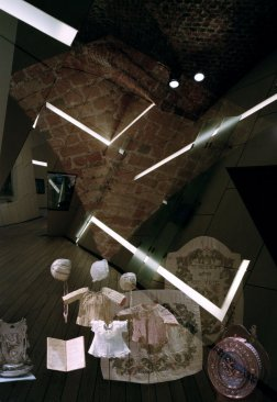 ancient-brick-walls-vectors-of-light-fragments-of-memory-intersect-in-the-exhibition-space-c-bitterbredt