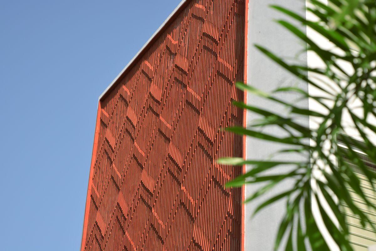Clay roof tiles façade to minimize heat gain and has decorative function, at Vadodara, by Manoj Patel Design Studio 4