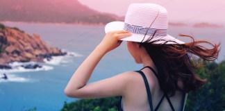 kobieta patrząca na ocean