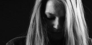 zdradzona i zraniona kobieta