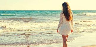 kobieta nad morzem na plaży
