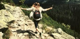 szczęśliwa kobieta na szczycie