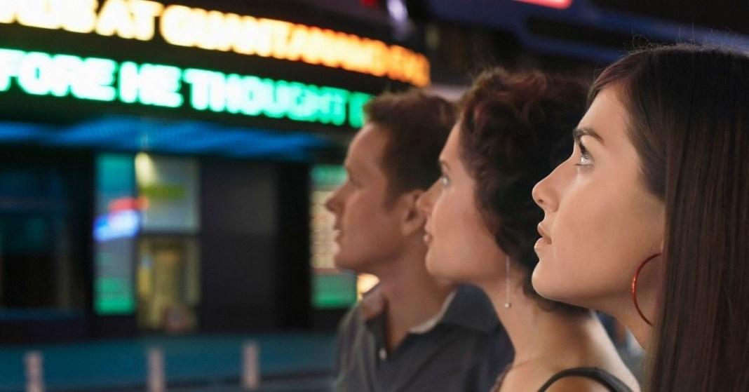 trzy różne osoby idące do kina