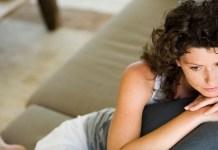smutna i samotna kobieta na kanapie