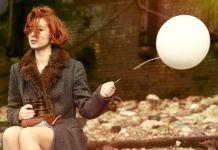 kobieta silna psychicznie z balonem