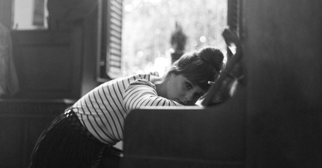 smutna kobieta przy pianinie