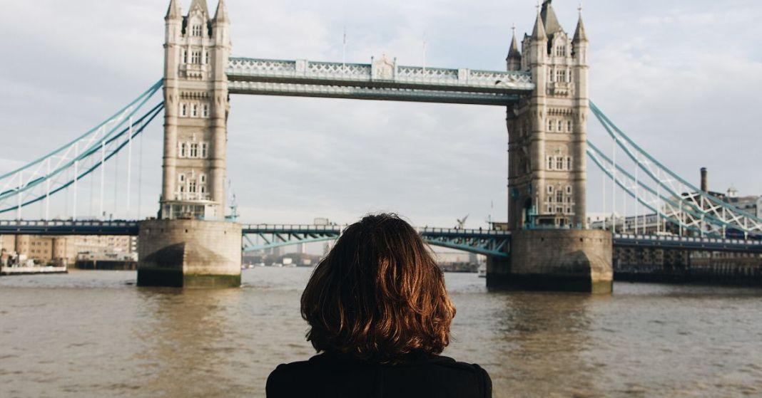 kobieta patrząca na most