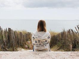 kobieta patrząca na morze