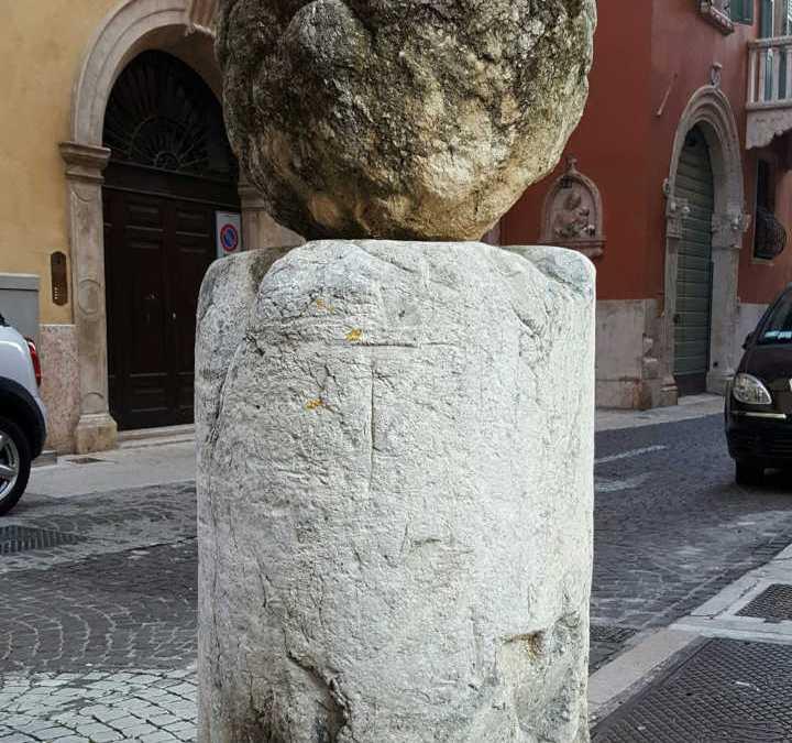 Via Pigna e la scultura di una pigna
