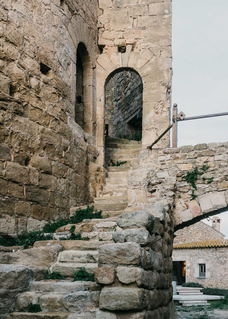 1455810890006mesura architecture castell peratallada piscina pool arquitectura girona stone marble water design castle 25