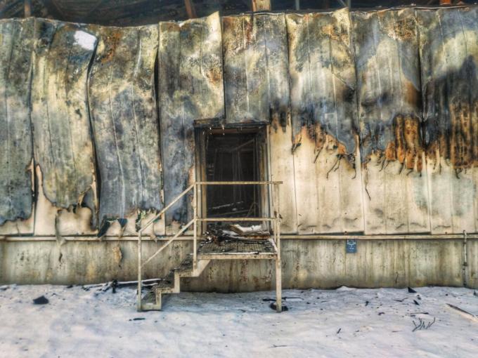 Der Eingang zu einer abgebrannten Lagerhalle