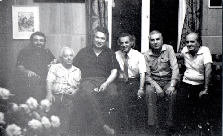 Ճիմ Թորոսեան (ձախէն աջ երկրորդը)՝ շրջապատուած մտաւորականներով