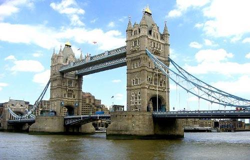 Թաուըր Պրիճ: Այս մեծ եւ բացուող կամուրջը կը գտնուի Լոնտոնի աշտարակին մօտ: Անիկա շինուած է մօտաւորապէս 120 տարիներ առաջ եւ կը բացուի, որպէսզի մեծ նաւերը կարենան անցնիլ: