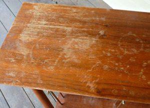 Փայտեայ սեղանները գեղեցիկ են, բայց անոնց մակերեսը շուտով կը վնասուի: Որպէսզի սեղանին նախկին փայլքն ու գոյնը վերադարձնէք, փորձեցէք հետեւեալ հնարքը: Փոս ամանի մը մէջ լեցուցէք կէս գաւաթ ճերմակ քացախ եւ կէս գաւաթ ձէթ: Չոր, մաքուր լաթով մը զայն տարածեցէք վնասուած մակերեսին վրայ եւ շփեցէք: Արդիւնքը պիտի զարմացնէ ձեզ: