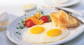 Սպիտակուց Մազերը կազմուած են սպիտակուցէ, ուստի սնունդին մէջ անոր պակասը կրնայ յանգեցնել չոր, տկար եւ ճիւղաւորուած մազերու, իսկ ծանր պակասի պարագային` հերաթափութիւն: Սննդառութեան մէջ անպայման ներառէք թռչնամիս, ձուկ, կաթնամթերք եւ հաւկիթ: Բուսակերներու պարագային սպիտակուցի աղբիւր են ընկուզեղէնն ու ընդեղէնը: