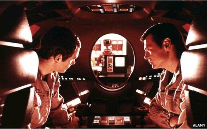 Սթենլի Քուպրիքի 2001-ին հրապարակած ժապաւէնը, որ կը պատմէ ոճրային նպատակներ հետապնդող ՀԱԼ անունով համակարգիչի մը մասին, կ՛արտացոլէ շատերու մտավախութիւնները մարդկային կեանքին սպառնացող արհեստական խելացութեան նկատմամբ: