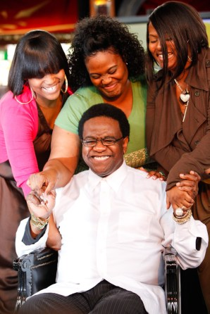 Al Green embraced by his daughters