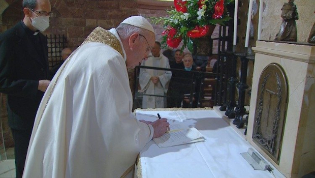 El Papa Francisco firma la Encíclica Fratelli Tutti junto a la tumba de San Francisco