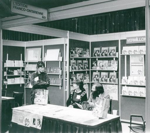 Lise Leblanc, responsable de la promotion aux Éditions L'Interligne, Monique Bertoli et Jacques Flamand des Éditions du Vermillon, au Salon du livre de Montréal, novembre 1984