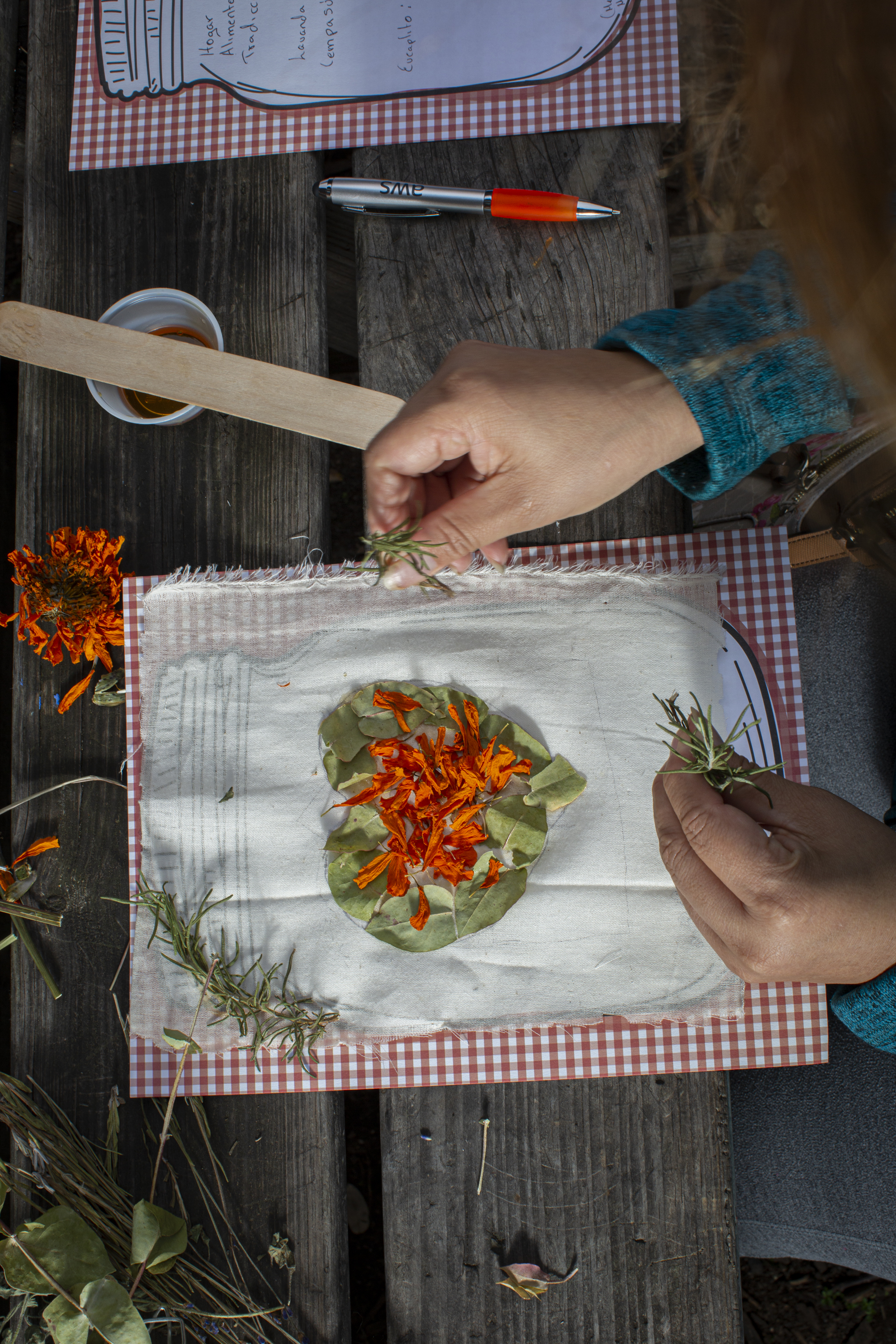 Drawing a memory with honey and dry herbs. Brewing Memories, October 24, 2020. Photo by Cinthya Santos-Briones.