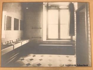 Les toilettes publiques de l'hôtel communal de Schaerbeek (v. 1950) | Openbare toiletten in het gemeentehuis van Schaarbeek (v. 1950)