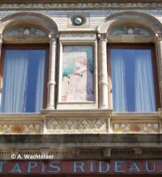 « Grande Maison du Blanc », rue Marché aux poulets n°32-34 (Bruxelles-ville), détail des céramiques, architecte : Oscar François, céramiques : Privat Livemont | « Grande Maison du Blanc », Kiekenmarkt nr. 32-34 (Brussel-stad), detail van de keramische tegels, architect : Oscar François, keramische tegels : Privat Livemont – photo : © A. Wachtelaer