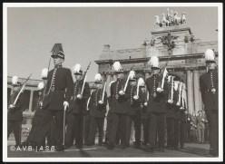 Défilé Militaire sous les arcades du Cinquantenaire, photo, 1959, collection iconographique (C-29183), Archives de la Ville de Bruxelles | Militaire parade onder de Triomfboog van het Jubelpark, foto, 1959, iconografische verzameling (C-29183), Archief van de Stad Brussel