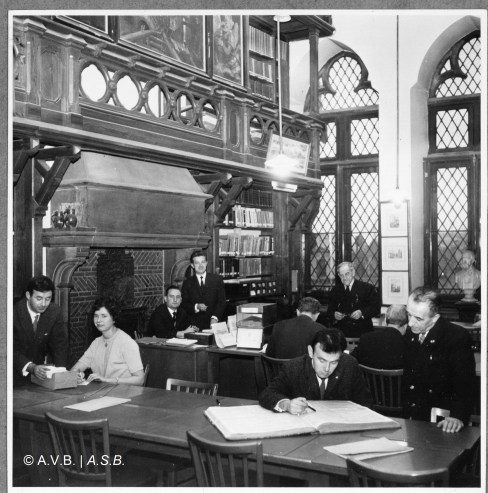 Salle de lecture des Archives avec les membres du personnel administratif, photo, 1961, Collection iconographique (C-9460), Archives de la Ville de Bruxelles | Leeszaal van het Archief met leden van het administratief personeel, foto, 1961, Iconografische verzameling (C-9460), Archief van de Stad Brussel