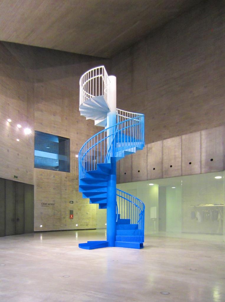 Spazio espositivo a doppia altezza. Artista: Yoko Ono