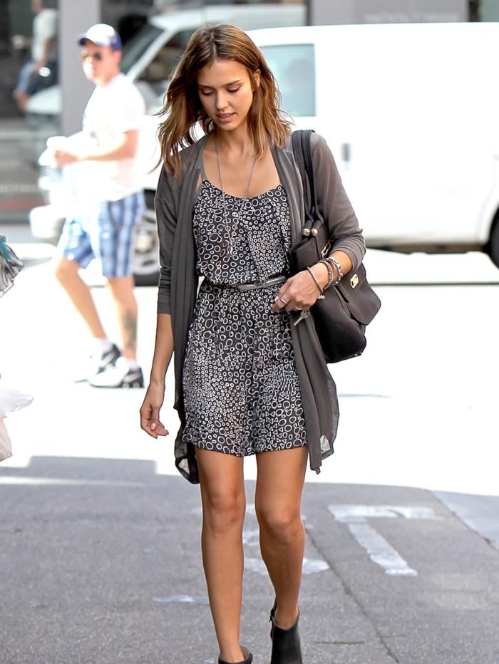 jessica-alba-robe-avec-print-tenue-femme-chic-habillement-personnalisé-accoutrement