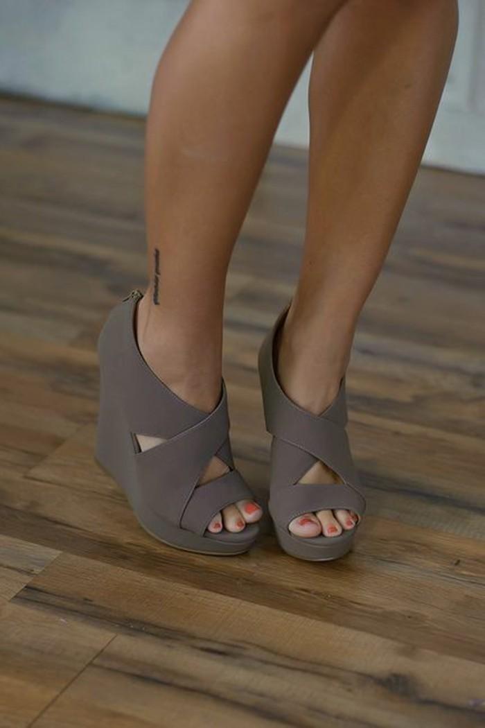 Les Chaussures Compenses Un Must Have Pour La Femme Moderne