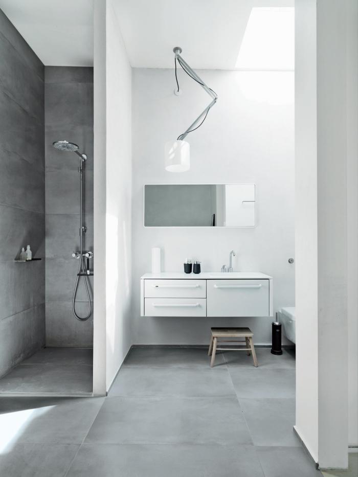salle de bain moderne grise et blanche