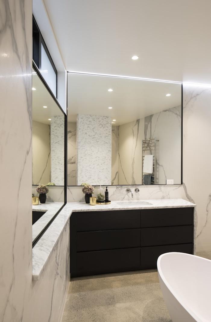 salle de bain en marbre blanc