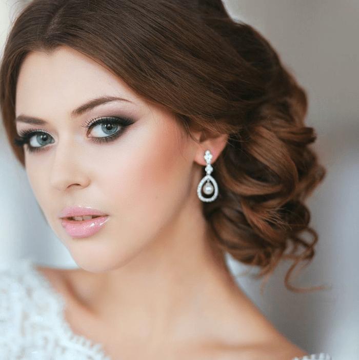 Schone Braut Mit Hochzeitsmake Up Und Frisur Stockbild Bild Von