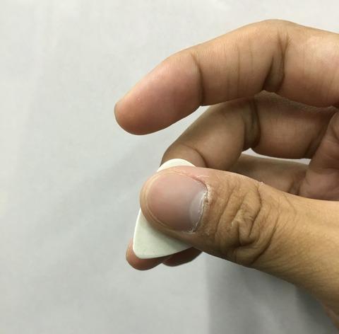 ピックの持ち方、中指、薬指