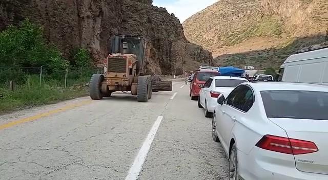 Yola düşen kayalar trafiği kapattı