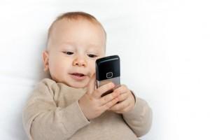 bebé con smarthpone