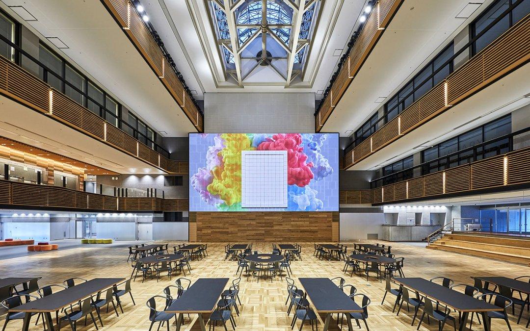 El proyector de láser puro Christie D4K40-RGB da vida a un mural cinético en la Universidad Kogakuin de Japón