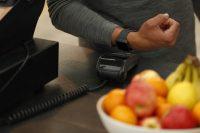 Fitbit Pay lansat in Romania – plata la magazin direct cu ceasul