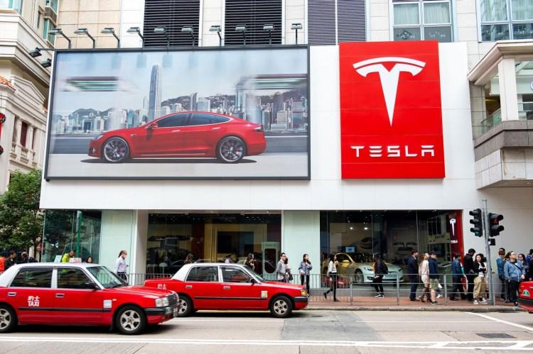 Mai tineti minte Tesla care a luat foc intr-o parcare din China? S-a aflat cauza