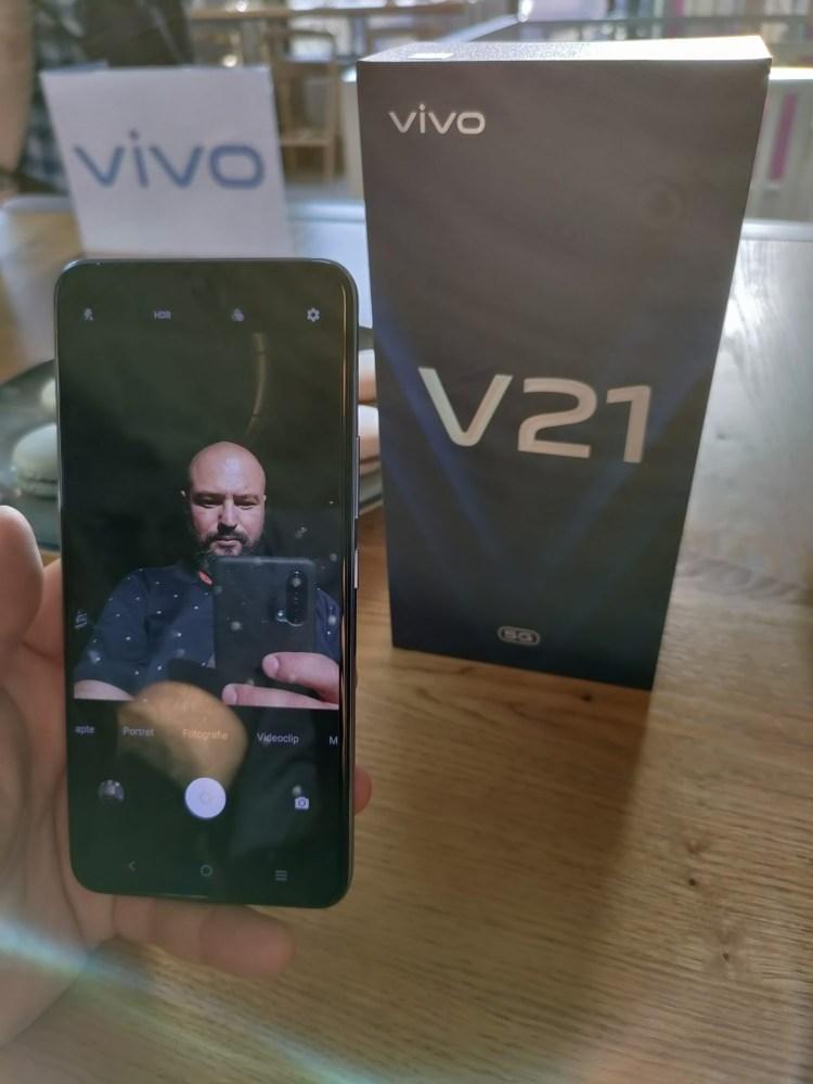 Review vivo V21 5G - smartphone cu accent pe camera selfie