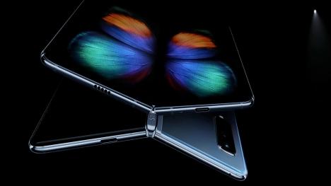 Samsung yeni katlanabilir telefonu ile ortaya çıktı